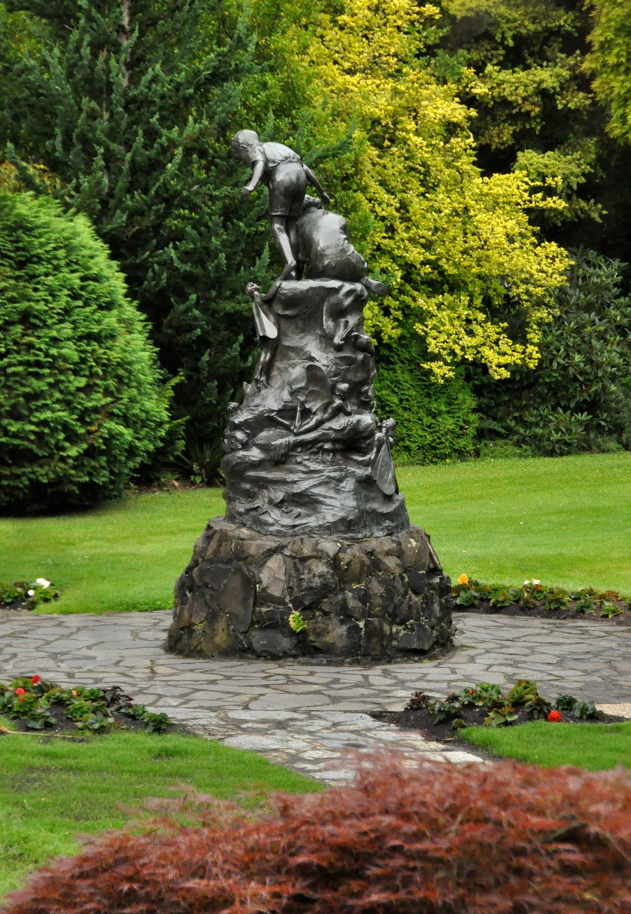 Statue w fairies