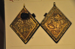Picture of the front and back sides of the Middleham Jewel pendant
