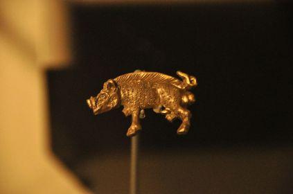 Richard III's symbol, a white boar, in gold