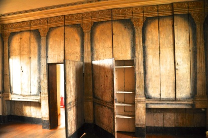 The entrance wall with original painted decoration, from 1675