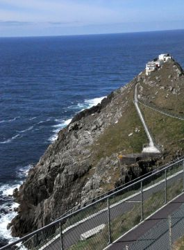 Those buildings clingiing for dear life to the crest are the Mizen Head Signal Station