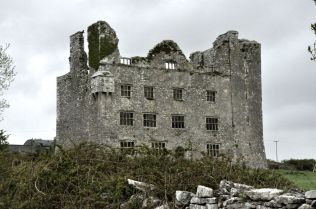 side view of the Leamaneh Castle
