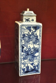 Chinese vase showing a war scene