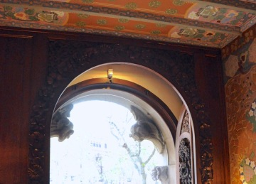 Entry into the Casa Lleo Morera, guarded by attack parrots