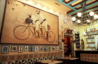 The painting on the wall is by Ramon Casas, one of the backers of Els Quatre Gats. Picture from the internet.
